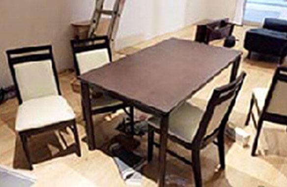 室内に設置した家具は大きな揺れで移動し、小物類は激しく散乱。テーブル上にあった小物はすべて飛び散っている。