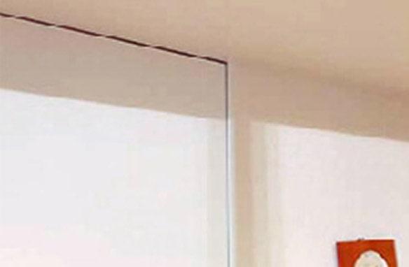 間仕切リ壁や吊りドアの開閉にも影響がなく、地震後の生活もできる空間が維持されていた。ドアを閉じた状態。