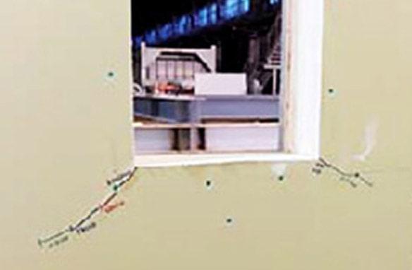 震度7の加振実験を何度も重ねると、窓などの開口部周辺では石膏ボードにヒビ割れが見られた。