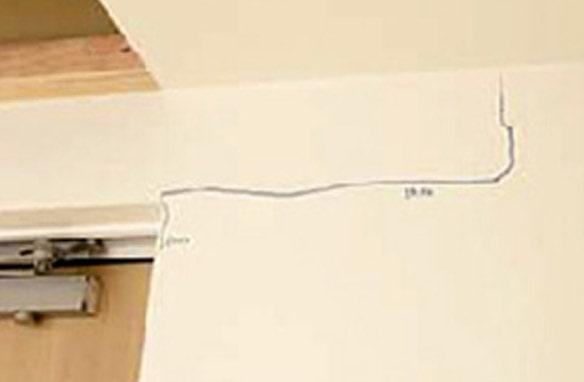 同じように壁紙にもシワや破れが見られたが、 間仕切り壁(らく壁くん)や吊り戸枠周辺には大きな損傷はなく、ドアの開閉も可能だった。