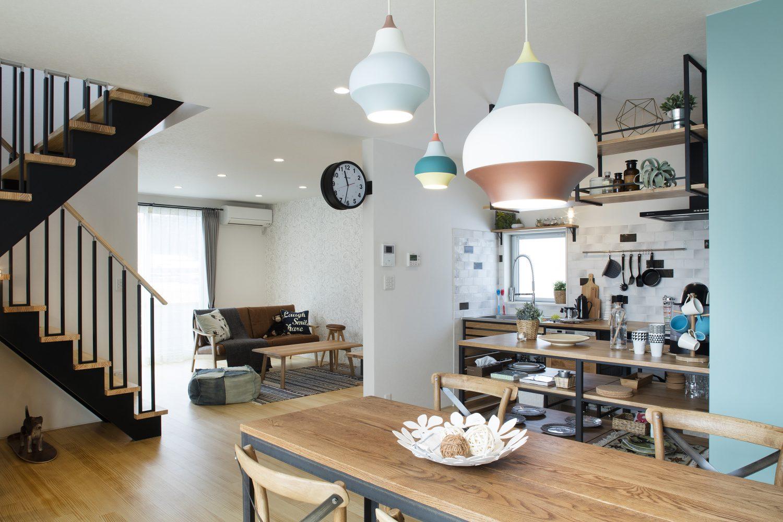 株式会社Home plus(ホームプラス)の施工事例 | 木素材とアクセントのコントラストを楽しむ家